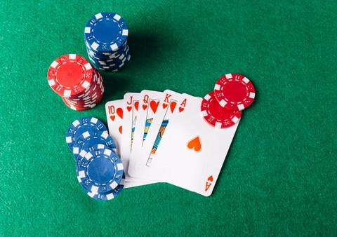 Geriausia pokerio kombinacija ir mėlyni su raudonais žetonai