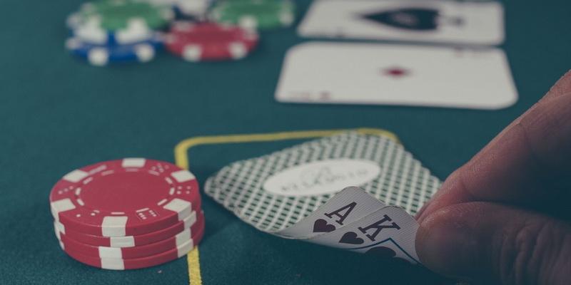 Pokerio kortų reikšmės tūzas ir karalius reikalingos poker kombinacijos sudarymui