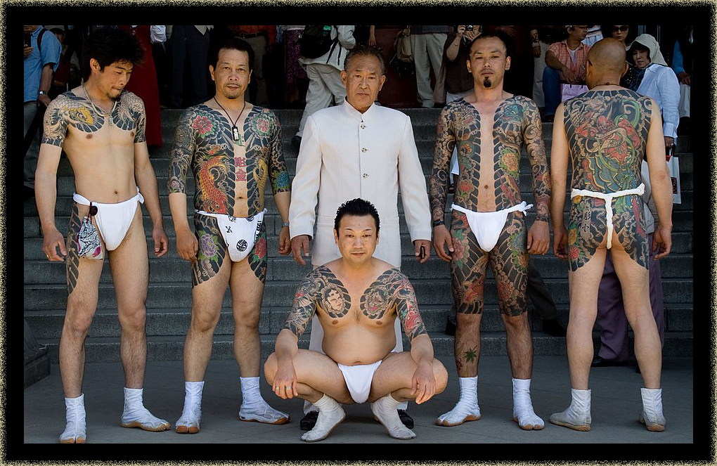 Yakuza_gang_at_Sanja_Matsuri