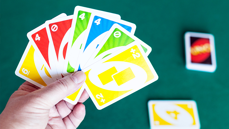 kaip žaisti uno su kortomis laikomomis rankoje